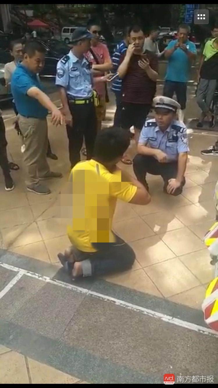 深圳一外卖员未戴头盔被查处 情绪激动拿刀架脖子