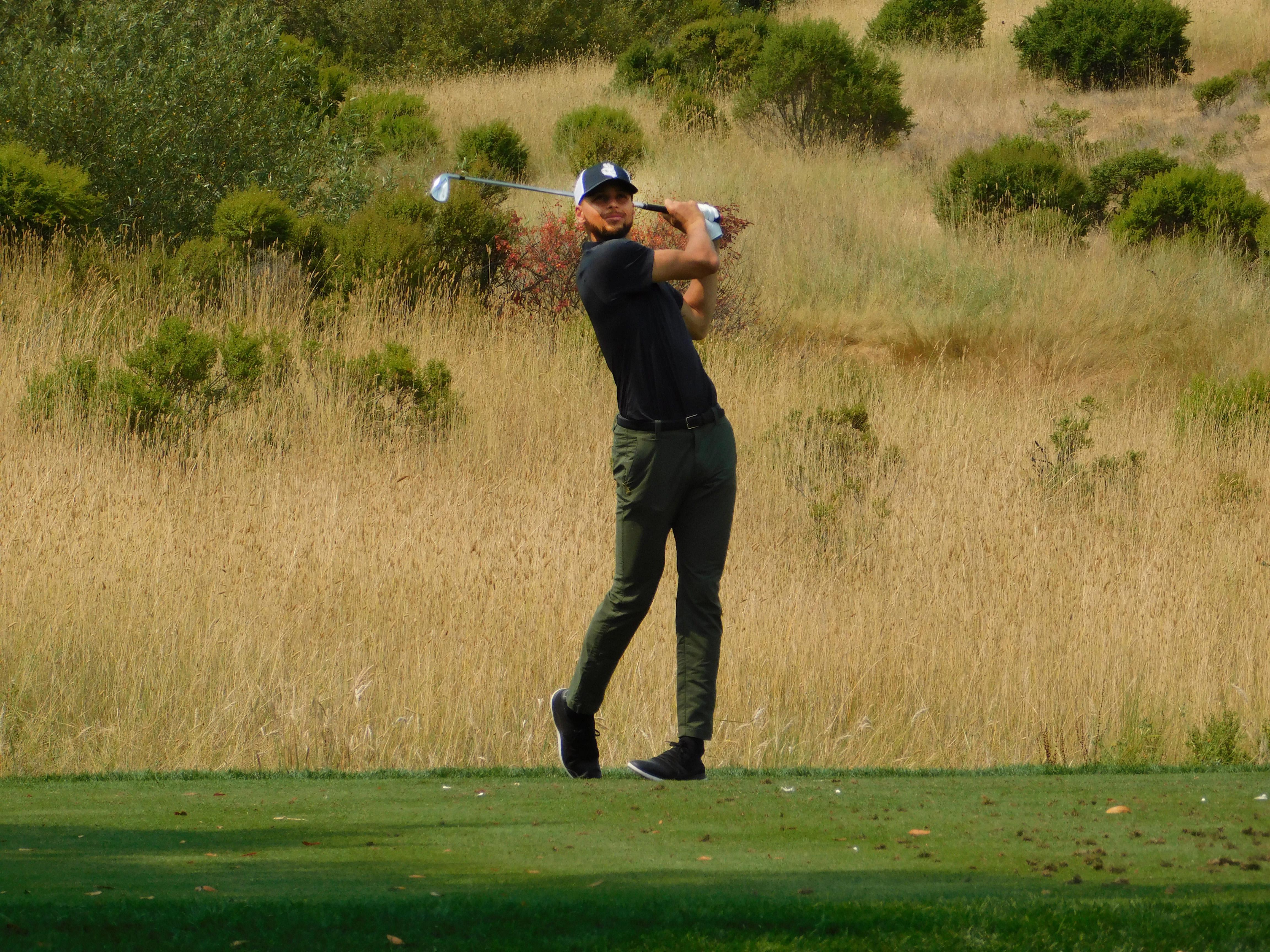 7月7日,斯蒂芬·库里在艾莉梅精英赛周二的练习轮中。Chrix Cox/PGA TOUR