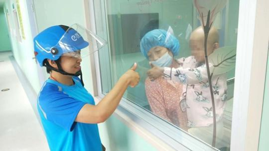 女儿患儿童癌症之王 32岁母亲送外卖月跑700多单