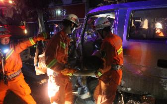 小货车追尾半挂车 仰韶大街中队破拆救伤者