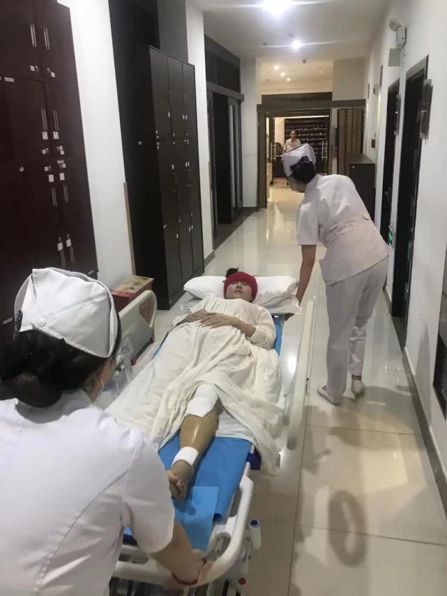 杨丽萍腿部四处骨折入院 已进行手术