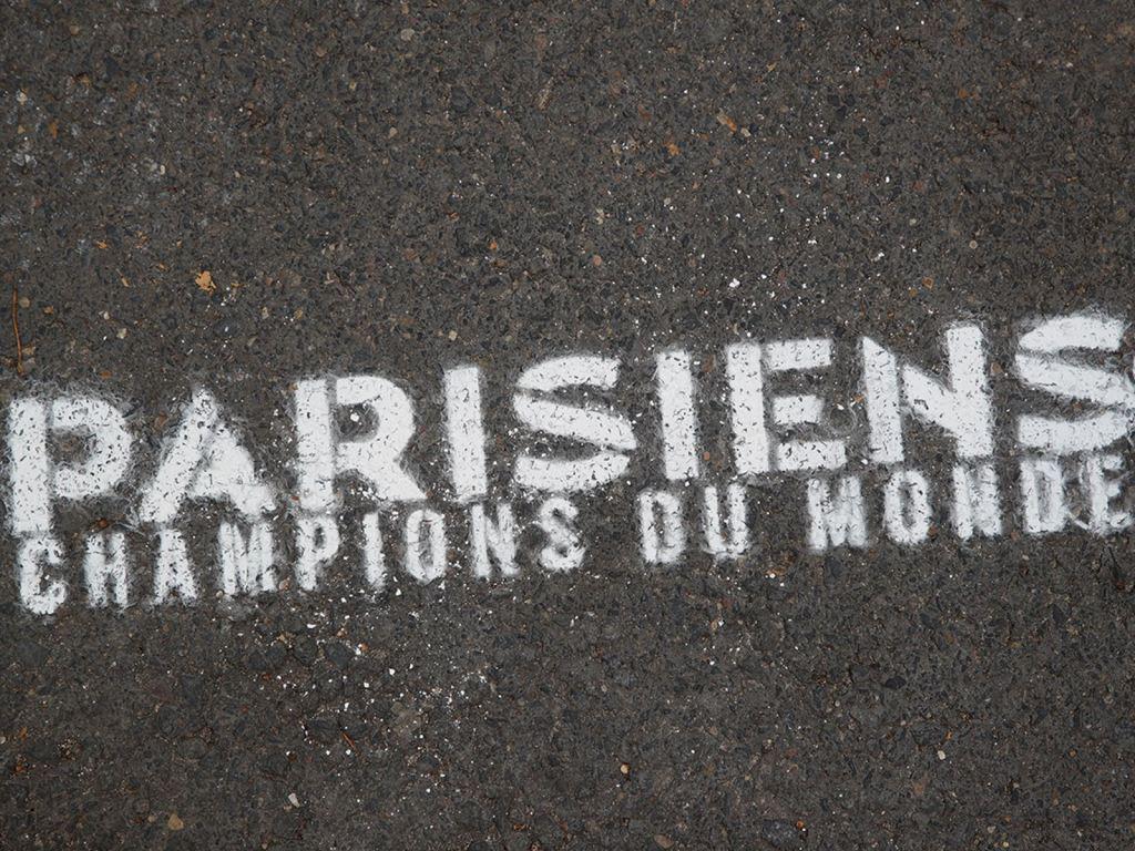 内马尔布冯靠边!姆巴佩C位拍全家福 巴黎3举动暖炸