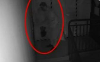 黑夜家门被刷红油漆 监控记录下这样的画面