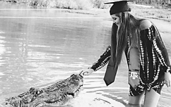 美国一名大学生和鳄鱼拍毕业照引发网友极大关注
