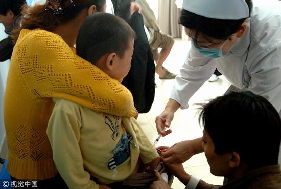 2006年10月22日,合肥市传染病医院的护士在为被狗咬的小孩注射狂犬疫苗/ 视觉中国