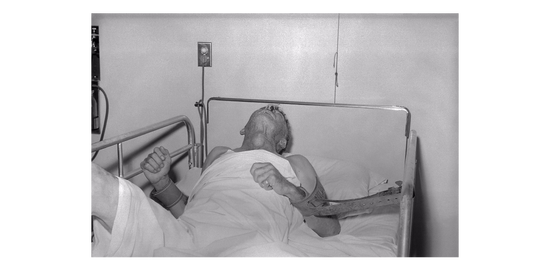 1959年拍摄的一位狂犬病病人的最后时光。狂犬病病人的唾液中含有病毒,可以通过咬人造成传染 / wikipedia
