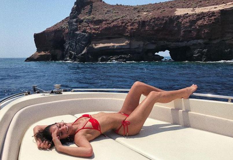 微波荡漾 内马尔女友娇躺游艇上!在希腊连连媚笑