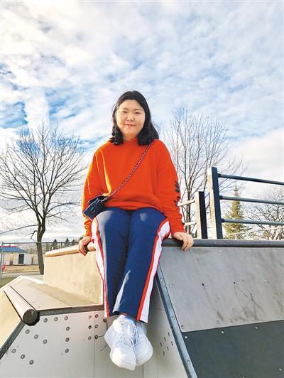 棣明珠目前就读于威斯康星大学麦迪逊分校的经济专业。她热爱运动,喜欢旅行。图为棣明珠在滑板运动场