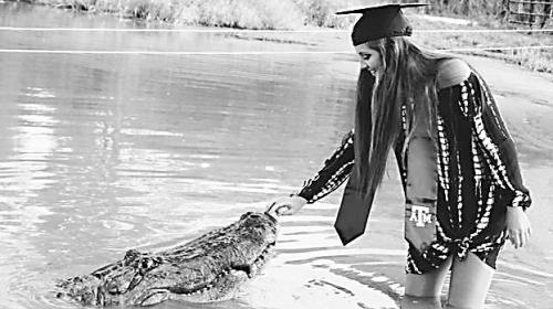 心真大 美国女大学生和鳄鱼拍毕业照走红