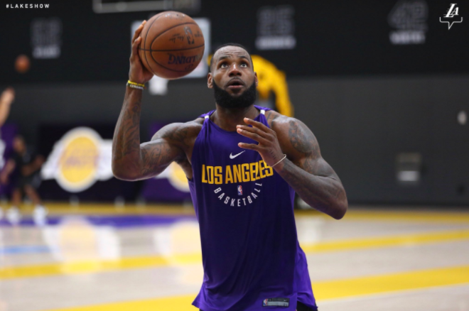 【影片】湖人官方曝出詹姆斯在湖人的首訓  身著紫金訓練服一臉嚴肅-Haters-黑特籃球NBA新聞影片圖片分享社區