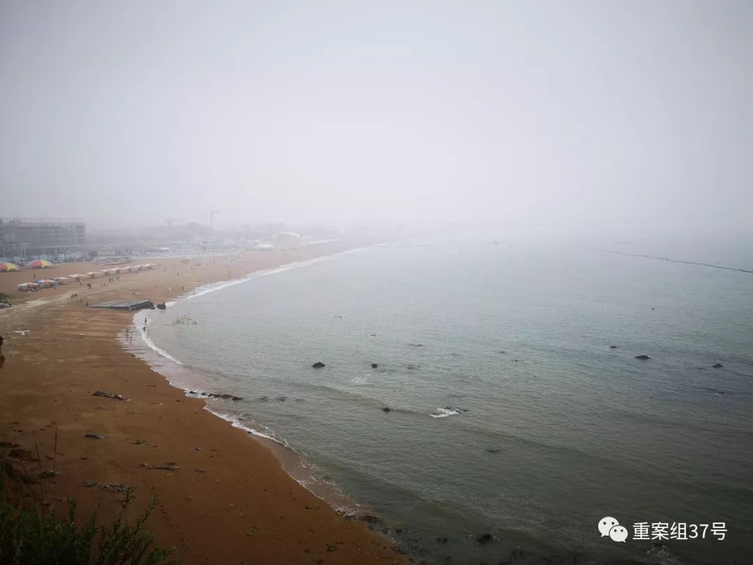 大连5A级度假区污染严重 游客海里游泳身上沾油污