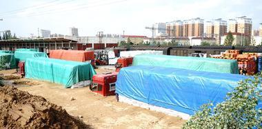 陕西榆林暴雨致城区内涝 货车被困淤泥中