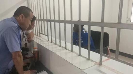 一名犯罪嫌疑人被控制。 北京青年报 图