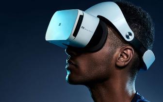 刘建洋在南昌红谷滩新区调研 体验视觉VR技术