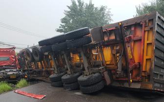 一装载煤渣的大货车侧翻 请过往车辆注意