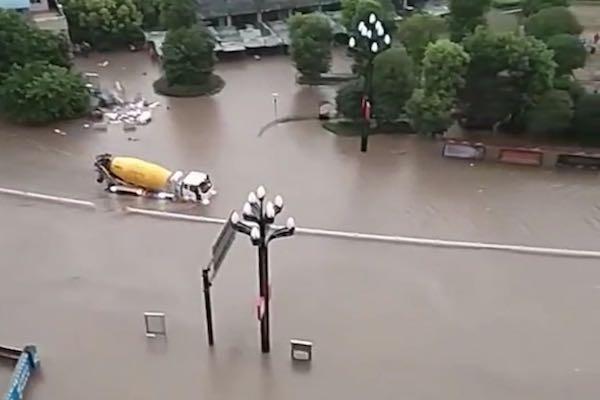 宜宾多地遭遇大雨袭击罐车过水上演水中杂技
