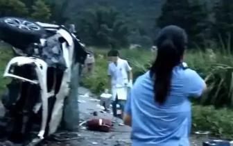 桂E牌宝马车冲出高速护栏 车内5人身亡!