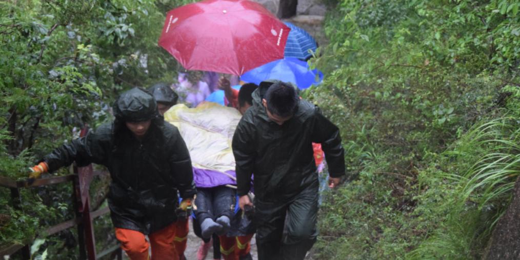 密云暴雨男子被困景区 消防紧急救援