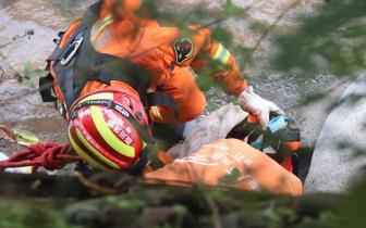 雅安一老人钓鱼时因河水突然上涨被困 消防紧急救援