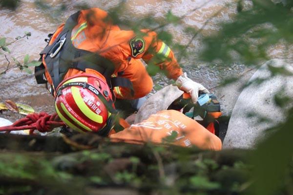 雅安一老人钓鱼时因河水突然上涨被困消防紧急救援