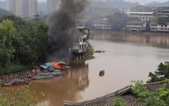 乐山河边两船突发大火 所幸无人员伤亡