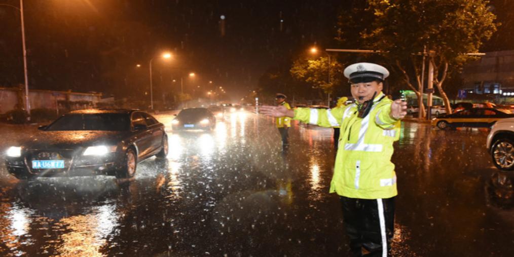 石市2000余名防汛人员上街排水保畅通