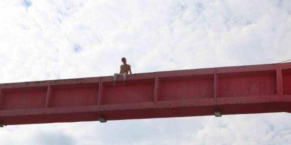 绵阳男子爬上拱桥要见分手女友,结果晕倒桥上救下来被拘7天!