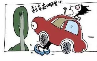 男司机图凉快穿拖鞋开车 脚被卡在油门处