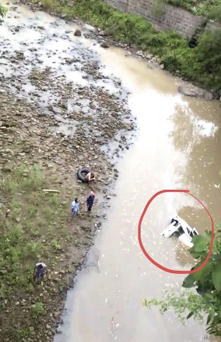 小车冲下50米高悬崖司机惊险逃生 摩托曾坠崖致2死