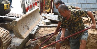 石家庄:抢修塌陷路面保证市民安全出行
