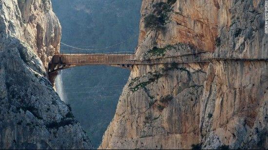 世界上最窄人行道 百米高悬崖游客要签生死状
