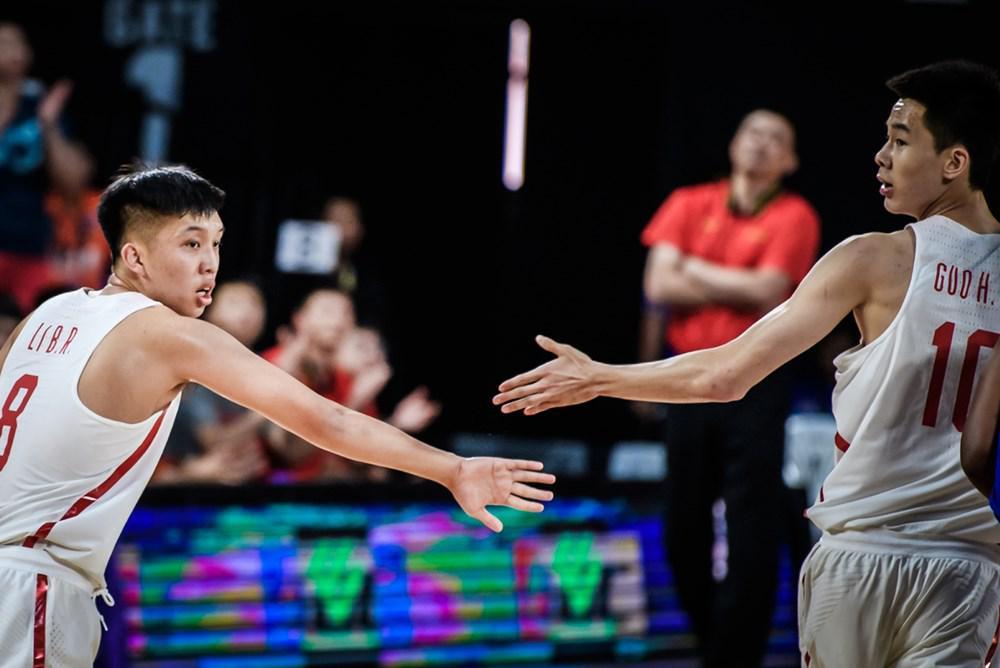 李柏润与U18国青核心郭昊文(右)击掌