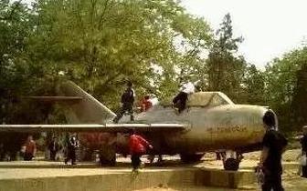多少唐山人的相册里 藏着和这架飞机的合影