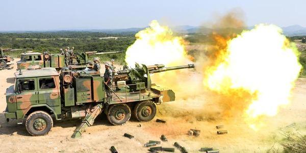 解放军实弹演练 新型反坦克导弹出动
