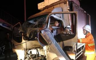 屯留:小货车猛烈撞向路边护栏 一人被困