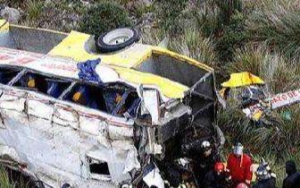 哥伦比亚长途巴士在厄瓜多尔发生车祸 至少24人死