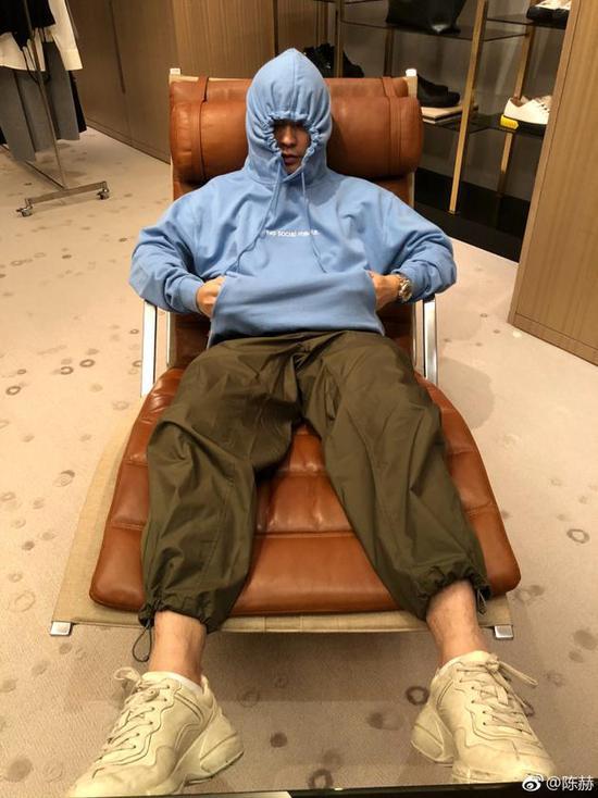 陈赫躺在躺椅上