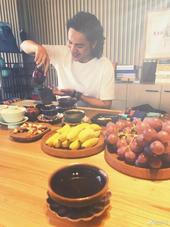 桌子上摆满了新鲜水果