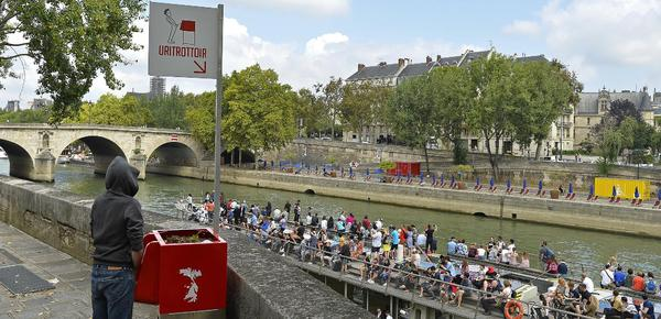 为治理随地小便 巴黎街头设露天公共小便池