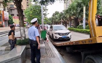 防城港公安交警对南湖街乱停乱放车辆一律拖移处理