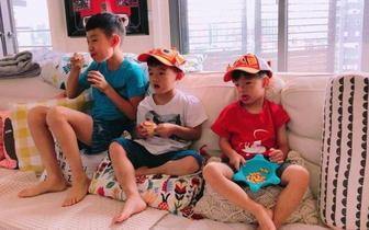 范玮琪晒双胞胎儿子合照 戴卡通帽十分可爱