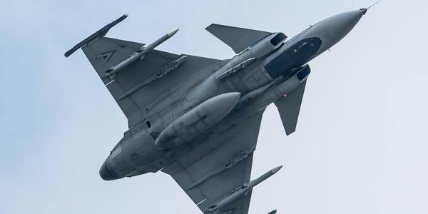 匈牙利空军纪念日举行飞行表演和航展