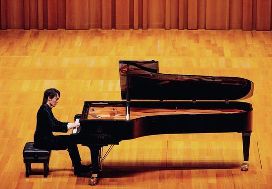 他的钢琴即兴曲具有构思严谨与即兴自由相结合的特点,注重细腻感情的