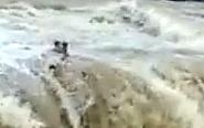 印度多人庆国庆假日遇洪水