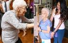 90岁老太练瑜伽治驼背