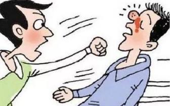 柳州一男子因车祸受伤 索赔不成与老父暴打肇事男