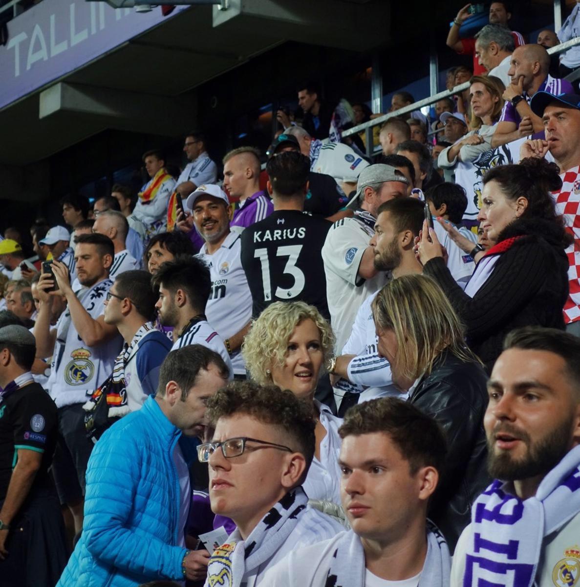 皇马球迷穿卡里乌斯球衣助威 可惜对面13号是大神