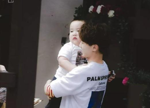王俊凯抱胖娃娃找妈妈 却被叫叔叔受打击