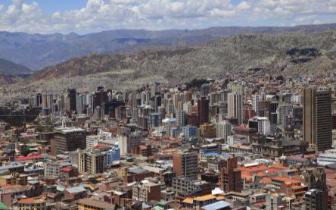 玻利维亚一辆小客车冲入人群致7死 司机逃逸