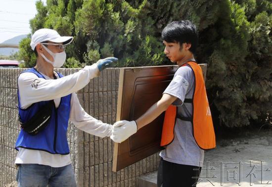 在日留学生积极参与日本暴雨灾区志愿者工作 图片来源:共同社
